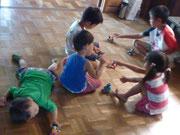 子供たちは子供たちだけで遊びます。
