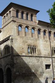Prôche de la place, le palacio de la Reynes de Navarra (XIIe)