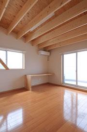 勾配天井の家です  屋根を作る素材も見せて変化を付けてみました
