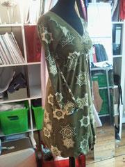 ..olive kleid mit petrolfarbenen bündchen