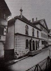 Blick von Norden auf die Synagoge nach 1881 mit der neuen Fassade. Foto: www.foto-keidel.de. -  Aus: Otto Werner: Leon Schmalzbach (1882-1942). Lehrer und Rabbinatsverweser in Hechingen, ZHG 16/1980