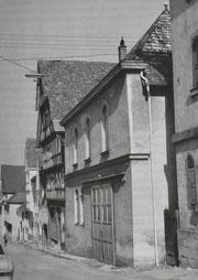 Die Synagoge als Lagerraum mit Toreinfahrt, Foto: www.foto-keidel.de, alle Rechte vorbehalten! Aus: Manuel Werner: Die Juden in Hechingen als religiöse Gemeinde, ZHG 20/1984: 156