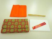 左上から時計まわりに)帛紗(ふくさ)表千家流:オレンジ色、男性は紫色。茶席用扇子、懐紙と菓子切り楊枝、帛紗ばさみ
