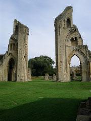 Reste der Abbey, in deren Mitte das Artusgrab liegt