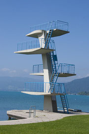 Sprungturm am Rand eines Sees