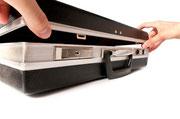 Koffer mit Ressourcen, der von zwei Händen geöffnet wird