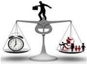 Waage die auf der einen Seite eine Uhr und auf der anderen Seite Familie, Beruf und Freizeit ausbalanciert.