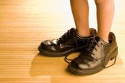 Kleine Füße in zu großen Schuhen, wie ein Coach, muss ein Paar Schuhe richtig gut zu mir passen