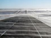 Schnee-Gespenster wabern über die Strasse