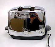 Das ist sie. (Foto eines Toasters, worin sich die Autorin spiegelt).