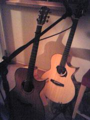 ヨコヤマギター(右)とシーガルギター(左)。1本50万するそうです。
