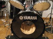 備え付けの立派なドラムセット