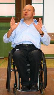 Boris Grundl bei einem Vortrag an einem Gymnasium in Deutschland