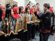 音程は竹の長さ・太さによって異なり、ハンドベルのように何人かで分担して演奏するか、専用の台に順に吊り下げ演奏する