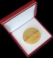 Bild: Medaille für den Schwarzwurstritter Franz Weinbuch. Gold Medaille. Mortagne au Perche. La Confrérie des Chevaliers du Goûte-Boudin.