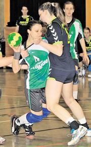 Reinhängen für Platz zwölf: Katrin Denker (am Ball) und der TuS Altwarmbüchen erwarten am Sonntag Eintracht Hildesheim zum vorletzten Heimspiel. Plümer