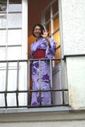 Das Winken gilt dem Fotografen, aber symbolisch uns allen. Es war der letzte Auftritt  unserer lieben Mariko Kura, die nun aus familären Gründen nach Japan zurückgekehrt ist. Wir werden sie vermissen