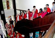 Der Chor wartet während der Begrüßungen auf den Auftritt