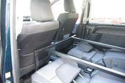 運転席&助手席とセカンドシートの間にフレームの脚を立てます。