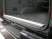 乗り降り、積み降ろしなどで何かとアクセスすることが多いバックエンド部分は、アルミ仕上げです。よりタフに!耐久性はバツグンです。