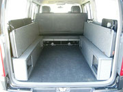 荷物の積載優先のときは、跳ね上げて収納することで、荷室面を確保することができます。