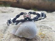 Variante 2: miteinander verbunden 4fach rund geflochten mit 3 Perlen