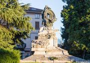 Luino Piazza Risorgimento - monumento ai caduti