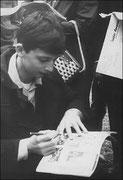 Philip Catherine signant un autographe en 1959
