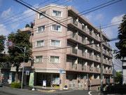 目印はピンク色のマンションです。こちらの1階がハウジングデポーです