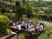Deutsche und tansanische Schüler beim gemeinsamen Basteln in der Kishumundu Secondary School.