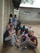 Sich schön machen - ein gemeinsames Thema für tansanische und deutsche Mädchen.