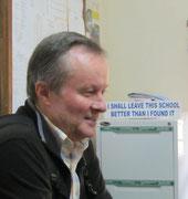 Winfried Sommer im Büro des Schulleiters der Nsoo Sec. School. Beachten Sie das eigentlich für die Schüler aufgehängte Motto: Er lebt es seit mehr als 14 Jahren, siehe http://kishumundu.jimdo.com/history-of-the-school/ --> Early Pictures.