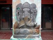 Der mehrarmige Elefanten-Gott vor einer Einkaufsgalerie