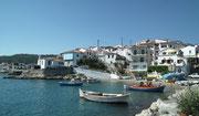 Sicht auf das Städtchen mit dem kleinen Bootshafen