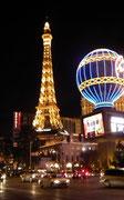 Nächtlicher Blick auf das Hotel Paris mit schönem Eifelturm-Nachbau