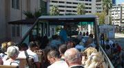 Mit dem Cabrio-Sightseeing-Bus gehts auf Stadtrundfahrt . . .