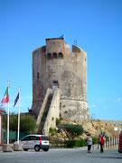 Der mächtige Torre «bewacht» den Hafen