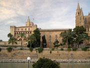 Neben der Kathedrale der Palast, der dem spanischen Königshaus als Ferienresidenz dient