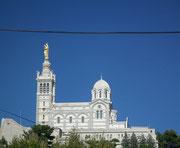 Blick auf die Wallfahrtsbasilika «Notre Dame de la Garde» . . .