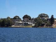 Grössere und kleiner Villen in prächtiger leichter Hanglage mit Blick aufs Wasser