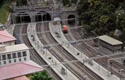 Bahnstrecke mit Tunnelportalen und detailgenauen Oberleitungen