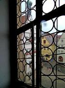 Abstieg vom Turm. Verschnaufpause und Blick durch ein Butzenfenster