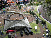 Open Air Concert mit hunderten von kleinen Figuren