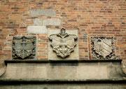 Steinerne (Familien)-Wappen über der Türe