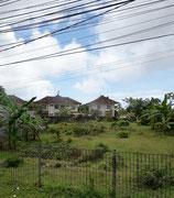 Hübsche Häuser im Grünen und mit luftigen Elektro-Installationen