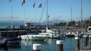. . . mit dem Boot umrunden wir die Halbinsel . . .