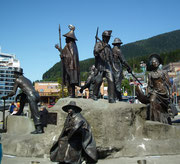 Mitten am Hafenplatz eine wunderschöne Skulturengruppe