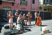 Spontane Musikergruppe mitten auf der Strasse und mit viel Spielfreude