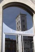 Alt spiegelt sich in neu(er Glastür einer Bank)