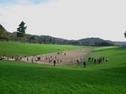 Blick auf das Stadion. Die Zuschauer standen beidseits auf den Rasenflächen
